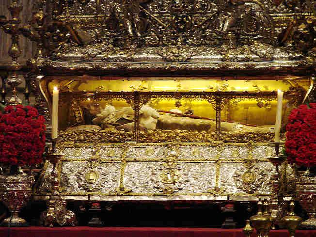 "Hoy se celebra el DIA DE  ""SAN FERNANDO""  PATRON DE SEVILLA .... Urna-de-san-fernando-catedral-de-sevilla-capilla-real"